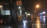 Ba người bị điện giật khi chạy xe trên đường ngập nước, 1 cô gái tử vong