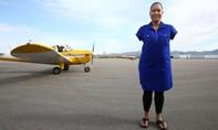 Người phụ nữ đầu tiên trên thế giới lái máy bay bằng... chân