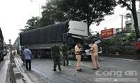Xe tải biến dạng sau cú tông liên hoàn trên quốc lộ 1 ở Sài Gòn