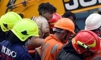 Hy hữu bé gái 4 tuối sống sót dưới đống đổ nát của chung cư bị sập