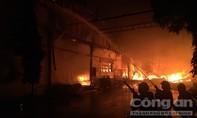 Hơn 300 CBCS dập lửa đám cháy khủng khiếp tại công ty Sunhouse trong KCN Tân Tạo