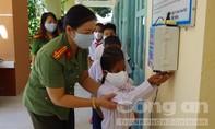 Công an tỉnh Khánh Hoà tặng quà, học bổng cho học sinh