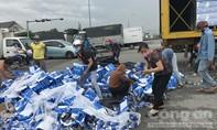 Người dân ùa ra đường thu gom nước suối giúp tài xế