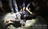 Thanh niên nghi say xỉn chạy xe máy vào làn ôtô, suýt bị container cán chết
