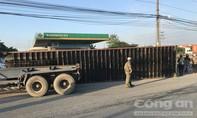 Container lật nhào lúc sáng sớm, nhiều người thoát chết