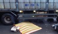Xe máy va vào hông xe tải, một người bị cuốn vào gầm tử vong
