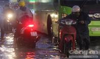 Xe chết máy hàng loạt trên đường nước như sông sau cơn mưa lớn