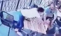 Clip người đàn ông xông vào bắt cóc bé gái ngay trước mặt mẹ