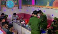 """Khách cùng nhân viên """"bay lắc"""" trong quán karaoke Hùng Mập"""