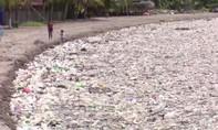 Clip hơn 100 tấn rác trôi dạt vào bãi biển ở Honduras