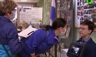 Clip Nga sử dụng rô bốt hướng dẫn người dân bỏ phiếu