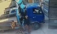 Clip người đàn ông liều mình đỡ xe tải lật, suýt mất mạng