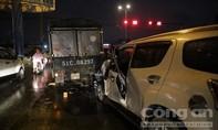 Ô tô 7 chỗ lao vào dòng xe đang chờ đèn đỏ ở Sài Gòn