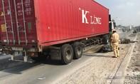 Đường đang sửa, xe container lấn làn xe máy cán chết người