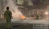 Cãi nhau với bạn gái, thanh niên châm lửa đốt xe giữa đường