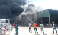 Cháy nhà xưởng cả ngàn mét vuông của công ty VLXD ở Bình Dương