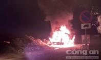 Tài xế vừa đề máy, bất ngờ xe container phát lửa cháy rụi