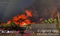 Cháy lớn xưởng vải ở Sài Gòn, cả trăm Cảnh sát PCCC nỗ lực dập lửa