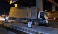 Xe tải tông vào trạm thu phí cao tốc TPHCM - Trung Lương