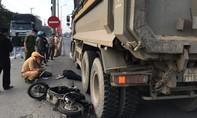 Thương tâm nữ sinh đi xe đạp điện tử vong dưới gầm xe ben