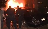 Clip ôtô lao khỏi cầu vượt, bốc cháy như phim hành động