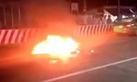 Clip hai xe máy tông nhau cháy rụi, 3 người trọng thương