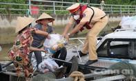 Loạt ảnh Cảnh sát đường thuỷ TPHCM chạy ca nô tặng quà ngư dân trên sông