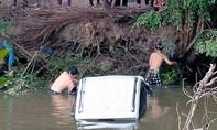 Ô tô rơi xuống kênh Một Thước, 2 cha con thoát chết