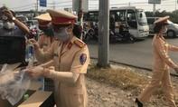 CSGT Công an tỉnh Đồng Nai tặng nước, khẩu trang và khăn lạnh trên quốc lộ