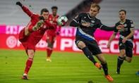 Bayern thoát thua trong trận đấu mưa bàn thắng