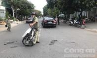 Xe máy trong hẻm lao ra tông ôtô ở Sài Gòn, 2 người nhập viện