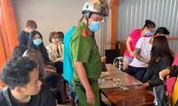 Bắt 15 thanh thiếu niên đánh bài trong quán cà phê, thu giữ 72 triệu đồng