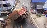 Clip cận cảnh vụ lật xe tải chở gạch đè chết 2 người