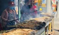 Một quầy hàng ở Sài Gòn nướng 4 tấn cá lóc ngày vía Thần Tài