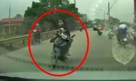 Clip gái dựng xe, ung dung ngồi vắt chân giữa đường