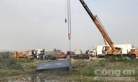 Xe container lao xuống mương nước ở Sài Gòn, tài xế thoát chết