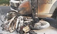 Xe máy cháy dữ dội sau va chạm với xe tải, 1 người nhập viện ở Sài Gòn