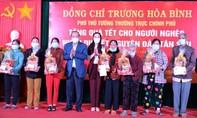 Phó Thủ tướng tặng quà cho đồng bào tại Quảng Ngãi
