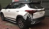 Khoảnh khắc ôtô lao lên vỉa hè tông 2 xe khác rồi bỏ chạy