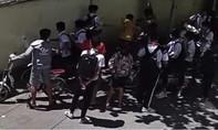 Một học sinh lớp 8 bị hành hung gần cổng trường, phải nhập viện