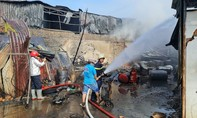 Cháy kho nhớt ở Sài Gòn lan sang dãy phòng trọ, 1 người bị thương