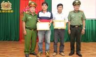 """Khen thưởng 2 """"hiệp sĩ"""" Bình Dương bắt tên trộm xe máy ở An Giang"""