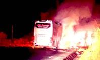 Xe giường nằm chở 11 người cháy rụi trong đêm