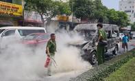 Xe dịch vụ tang lễ bốc cháy ngùn ngụt giữa phố ở Đà Nẵng