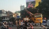 Container lật ngay vòng xoay ở trung tâm Sài Gòn, giao thông hỗn loạn