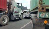 """Hai xe container  """"ép"""" một xe 7 chỗ bẹp dúm ở Sài Gòn"""