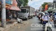 Xe tải tông ôtô, húc văng xe máy, cô gái đứng mua bánh mì bị thương