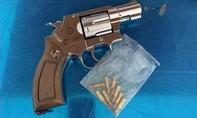 Kiểm tra hành chính, phát hiện súng đạn giấu dưới gầm giường