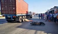Container va chạm xe máy, đôi nam nữ thương vong