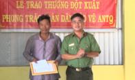 Khen thưởng 2 người dân dũng cảm đuổi bắt tên cướp điện thoại